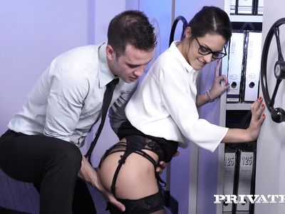 Похотливый босс натягивает в архиве очкастую порно секретаршу в черных чулках на работе в офисе