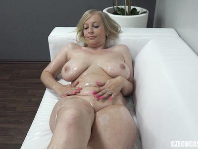 Русская Ольга с большой грудью все таки согласилась взять в рот на чешском порно кастинге
