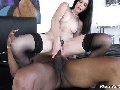 Зрелая блядина порно шлюха с трудом поместила гигантский черный хуище в своей вагине