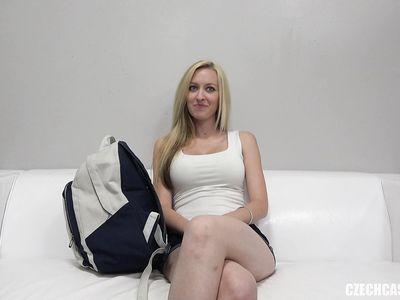Чешская красотка блондинка с тугой попкой прошла порно кастинг в позе раком на ура позле минета