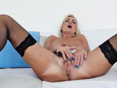 Сольная мастурбация блондинки бабульки на любительском кастинге приводит к порно оргазму