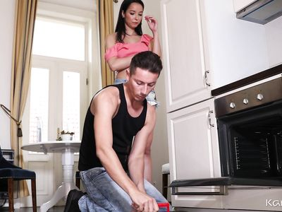 Проверил не только плиту, но и пизду порно мамке домохозяйки в спальне, вылизыв ей киску в позе 69