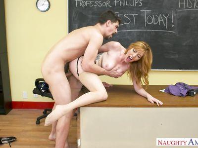Пересдал экзамен, выебав сисястую зрелую милф порно училку на столе мощным хером во время работы