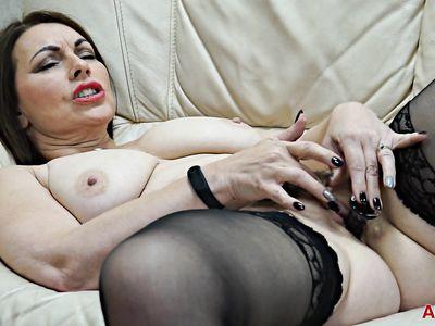 Зрелая милф порно мамка за 30 в черных чулках получает оргазм от дрочки и дилдо глубоко в вагине