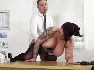Не удержал громадные отвисшие сиськи порно начальницы, пока трахал ее раком на работе в офисе