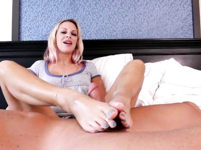 Фут фетишист расцеловал блонде пальчики ног и позволил подрочить ступнями торчащий хер