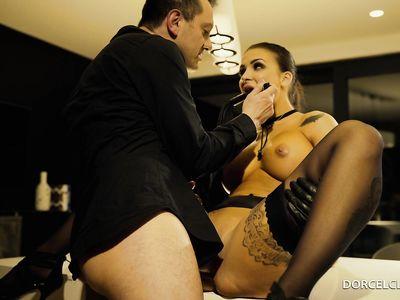 Любительница БДСМ в чулках нарвалась на жесткого чувака и была выебана в красивом порно