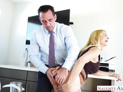 Вытащил анальную пробку из жопы офисной порно шлюхи секретарши и загнал толстый хер в очко на работе