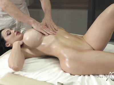 Опытный порно массажист прекрасно знает, как удовлетворить красивую сисястую милф клиентку