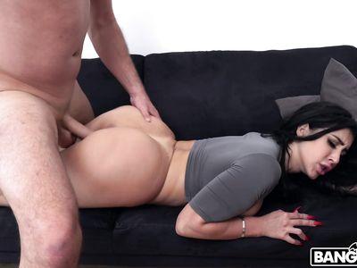Вытрахал жопастую красотка брюнетку порно клона Кардашьян в гигантскую аппетитную жопу и кончил в рот