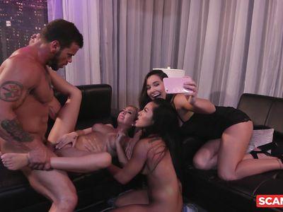 Пердолит азиатку и американку в ночном клубе, пока третья чикса снимает порно разврат на телефон