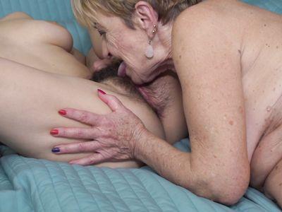 Морщинистая порно бабка опытным языком полирует волосатую манду зрелой партнерши