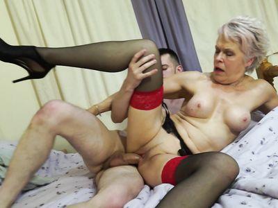 Дряхлая порно бабка в чулках пригласила парня переночевать и дала засунуть член в потасканную пизду