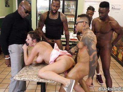 Черномазые посетители кафе толпой дрючат податливую белую порно официантку в мощной групповухе