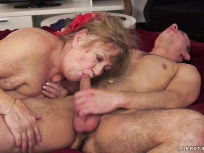 Даже старая порно бабулька любит получать твердый хуй в грязные ротик старухи по самые гланды
