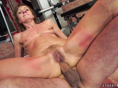 Накачанный тренер натягивает спортивную порно бабульку в раздолбанное очко ебливой старухи