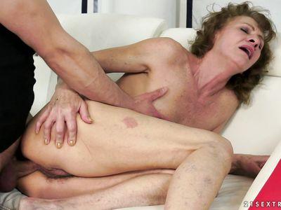 Тренер по йоге натягивает старую шлюху в раздолбанный анал
