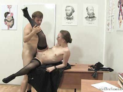 Блядовитая русская зрелая порно училка из Краснодара задирает ножку в чулках во время секса с парнем