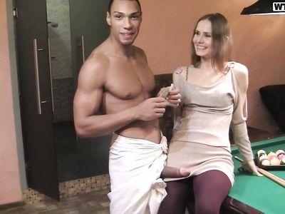 Русская сучка в бане потрахалась с негром и дала второму пикаперу за деньги в МЖМ порно