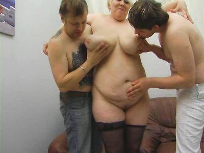 Жирная русская бабка блондинка с отвисшими дойками готовится к ебле втроем как в групповом порно