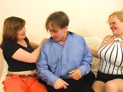Зрелые русские толстухи во время порно групповухи с мужиком используют страпон для удовлетворения