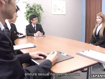 Бизнесмены пустили по кругу хрупкую японку на собеседовании