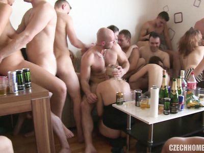 Свингеры из Чехии шикарно трахаются во все дырки во время массовой порно оргии на хате