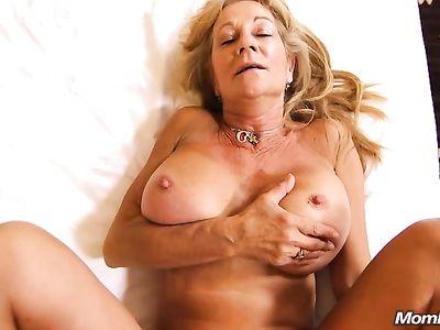Сисястая бабуля чуть не получила инфаркт пока ее жестко трахали в вонючий анал на порно кастинге