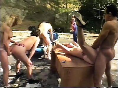 Ретро порно фильм с оргией двух преподов с четырьмя разновозрастными ученицами с аналом на природе