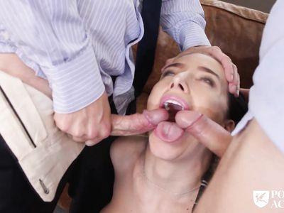 Препод с деканом научили порно студентку делать двойной минет во время групповухи втроем в офисе