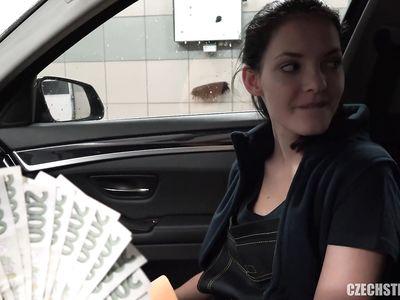 Чешская порно мойщица машин повелась на бабки и дала себя выебать мажору прямо на рабочем месте за деньги
