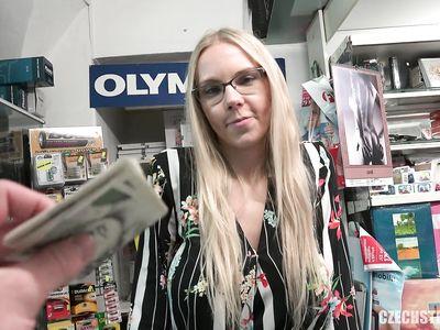 Пикапер снял в магазине очкастую чешку и выебал ее за деньги как в грязном секс порно на работе