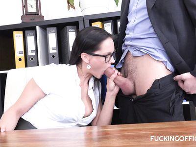 Офисная чешская порно секретарша быстро обслужила клиента прямо на рабочем месте умелым ротиком