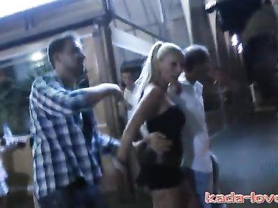 Порно пикапер подцепил сексуальную немецкую блондинку на улице и выебал ее с другом на общественном пляже