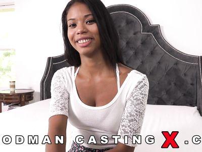Миниатюрная черная шлюха пришла на новый порно кастинг Вудмана в отель в надежде получить роль