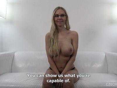 Чешка с большими красивыми сиськами смело проходит порно кастинг и снимается в порно во все дырки