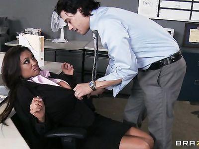 Молодой помощник директора прямо в офисе отодрал как в грязном индийском порно мамочку секретаршу