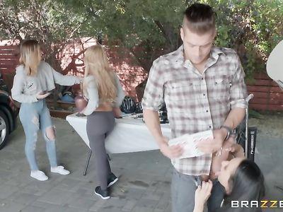 Мужик изменяет жене с двумя похотливыми соседками во время гаражной распродажи в жарком ЖМЖ порно