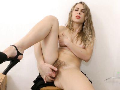 После работы блондинистая жена показывает стриптиз и теребит волосатую пизду