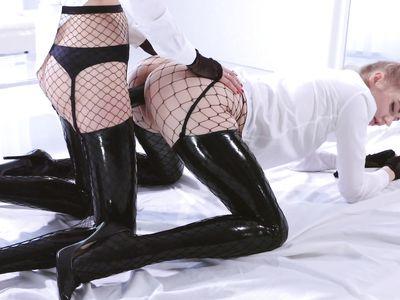 Студентки лесбиянки в латексных сапогах и сетчатых чулках развлекаются страпоном в стиле порно БДСМ
