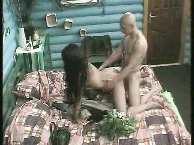 Елена Беркова трахается с лысым русским порно дружком в любительском видео с шоу Дом-2
