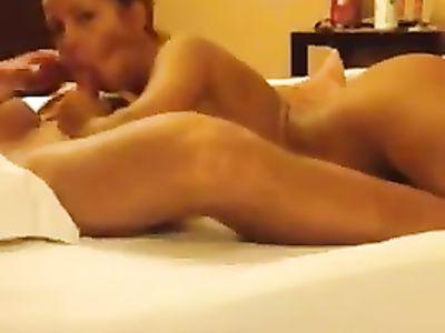 Беркова сосет мощный член любовника и хорошенько полирует яйца языком в домашнем коротком порно