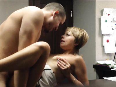 Босс снял частное видео ебли с молоденькой секретаршей на столе в офисе на работе