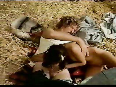 Усатый трахарь в ретро порно фильме пердолит смазливых телок один на один и в групповухе