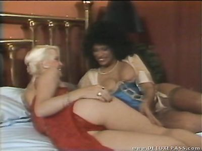 Красивая блондинка набирается сексуального опыта в групповухе в ретро порно фильме