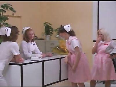 Медсестры совращают на жаркую еблю врачей и пациентов в ретро порно фильме