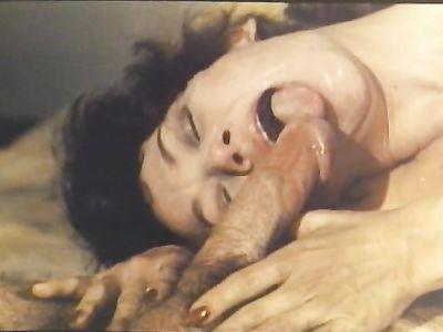 Усатый трахарь обучает зрелую бабенку прелестям секса во все дырки в ретро порно фильме