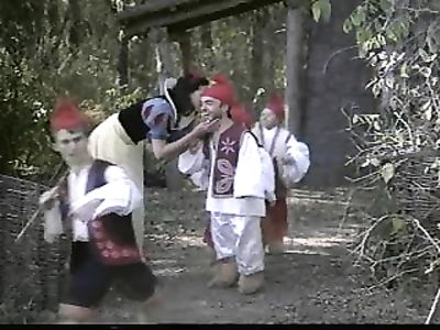 Белоснежка ловит кайф от ебли с гномами и анальным перепихоном с принцем в ретро порно фильме