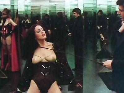 Хозяин поместья показал брюнетке все прелести БДСМ секса в ретро порно фильме