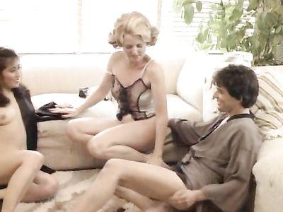 Темноволосая бабенка с радостью подставляет пизденку незнакомцам в ретро порно фильме